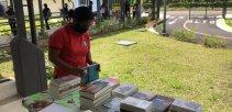 Imagen muestra los libros entregados en un liceo rural