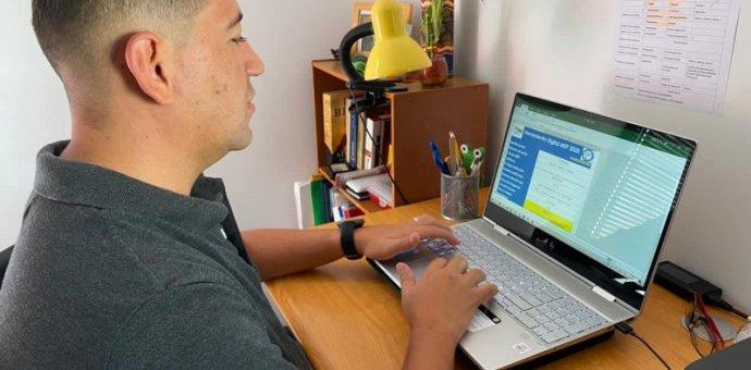 Imagen muestra docente capacitandose desde su hogar