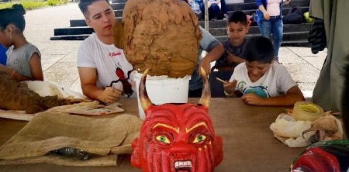 Fotografía muestra mascarada elaborada por estudiante