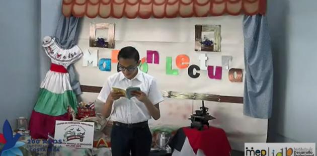 Niño de primaria lee su lectura de autor costarricense en la maratón virtual