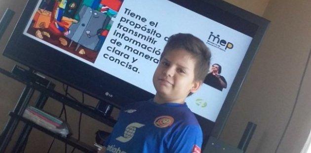Foto muestra estudiante viendo programa televisivo educativo