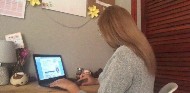 Foto muestra persona realizando proceso de matrícula digital