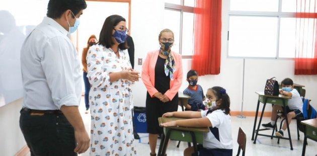Presidente y Ministra de Educación comparten con estudiantes. Acompaña directora