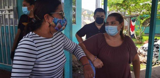 Ministra de Educación visita zona de Turrialba