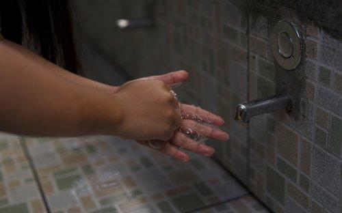 Fotografía de lavado de manos con agua y jabón