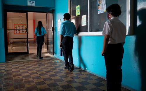 Estudiantes de secundaria entrando al comedor, con distanciamiento y mascarilla