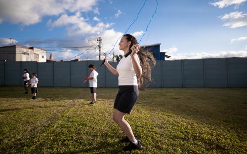 Estudiantes realizando ejercicio en la clase de Educación Física