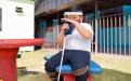 Estudiante con discapacidad visual utilizando mascarilla y limpiando un bastón