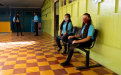 Estudiantes de secundaria usando mascarilla en el centro educativo