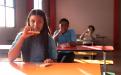 Estudiantes merendando, respetando el distanciamiento físico recomendado